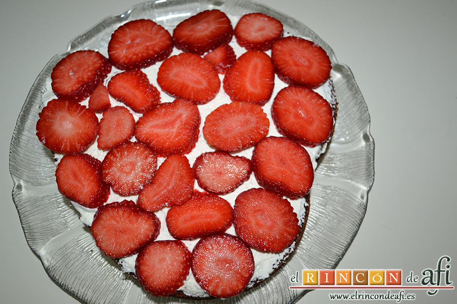 Tarta de San Valentín, cubrimos la nata con fresas laminadas