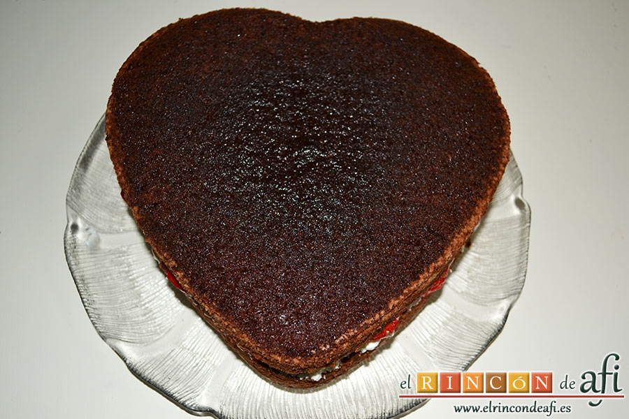 Tarta de San Valentín, cubrimos con la otra mitad del bizcocho