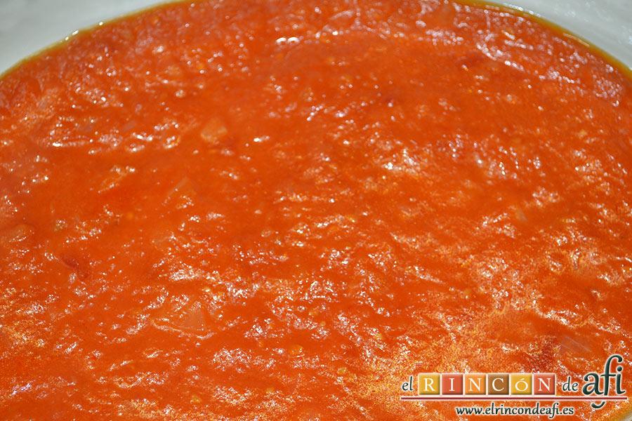 Bacalao gratinado con base de tomate, en una bandeja amplia apta para horno colocamos la base de salsa de tomate