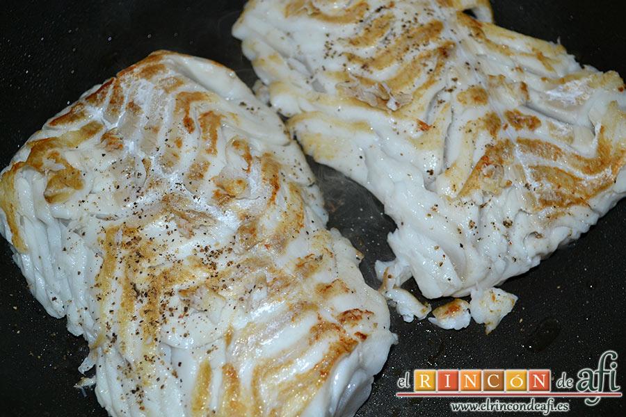 Bacalao skrei al ajorriero, en una sartén con un poco de aceite de oliva caliente doramos los lomos de bacalao ligeramente sin terminar de cocinar sazonados con sal y pimienta por ambos lados y los colocamos en una bandeja de horno