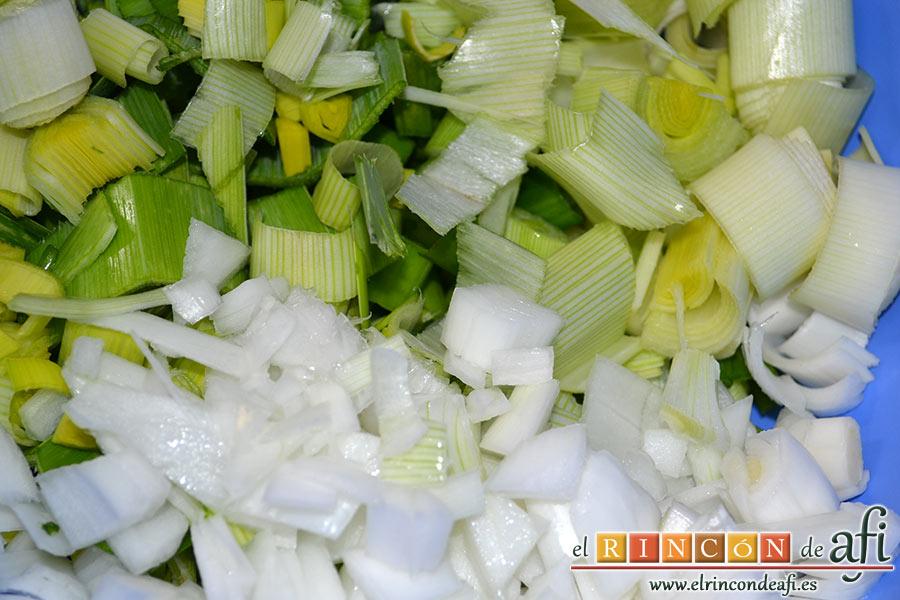 Crema de puerros, cortamos los puerros y la cebolleta con sus ramas verdes ya que dan muchísimo sabor