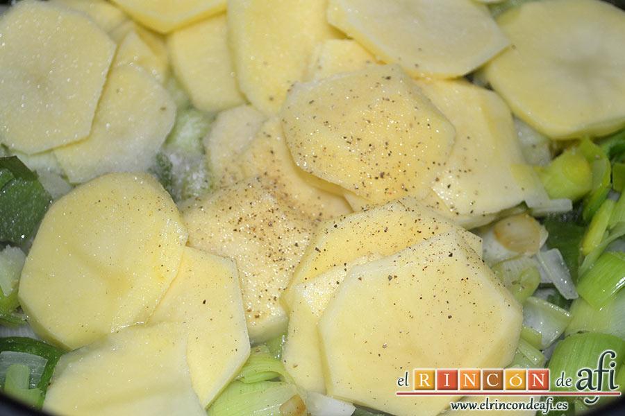 Crema de puerros, añadimos sal y pimienta