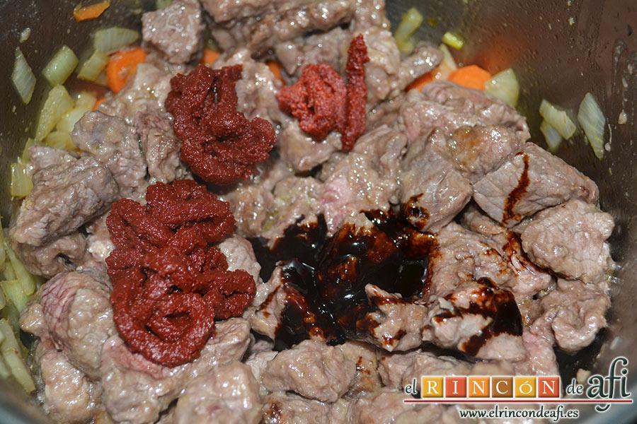 Estofado irlandés, añadir el tomate concentrado, el concentrado de carne y la hoja de laurel