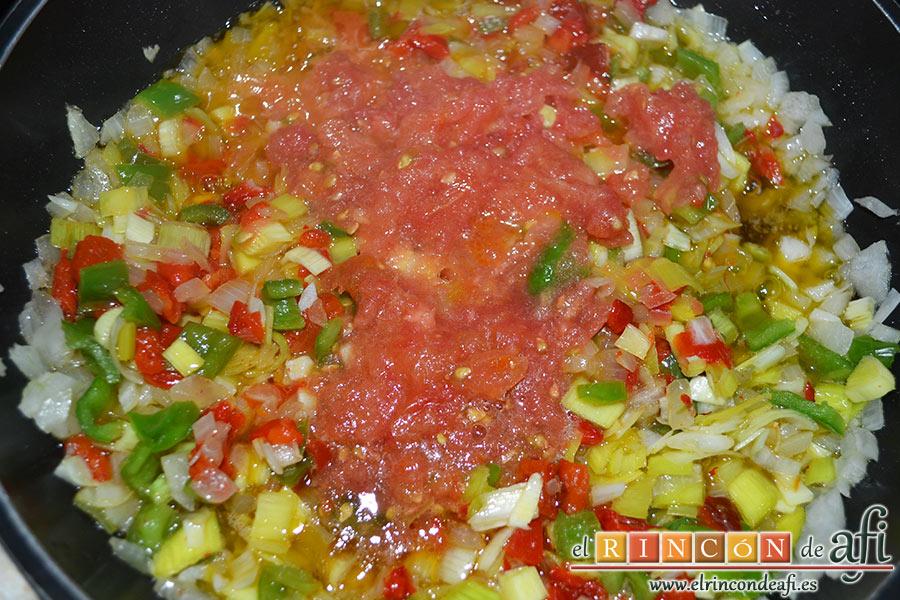Fabas con pulpo, removemos bien y añadimos los 2 tomates rallados hasta que poche bien la verdura
