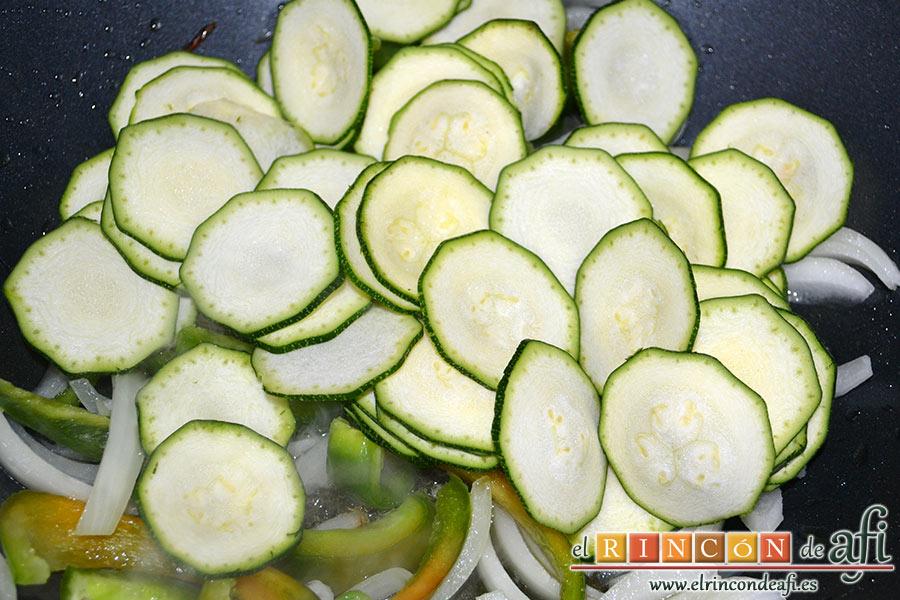 Cintas al wok con pollo y verduras, aadimos luego el calabacín cortado muy finito y con piel y una pizca de sal