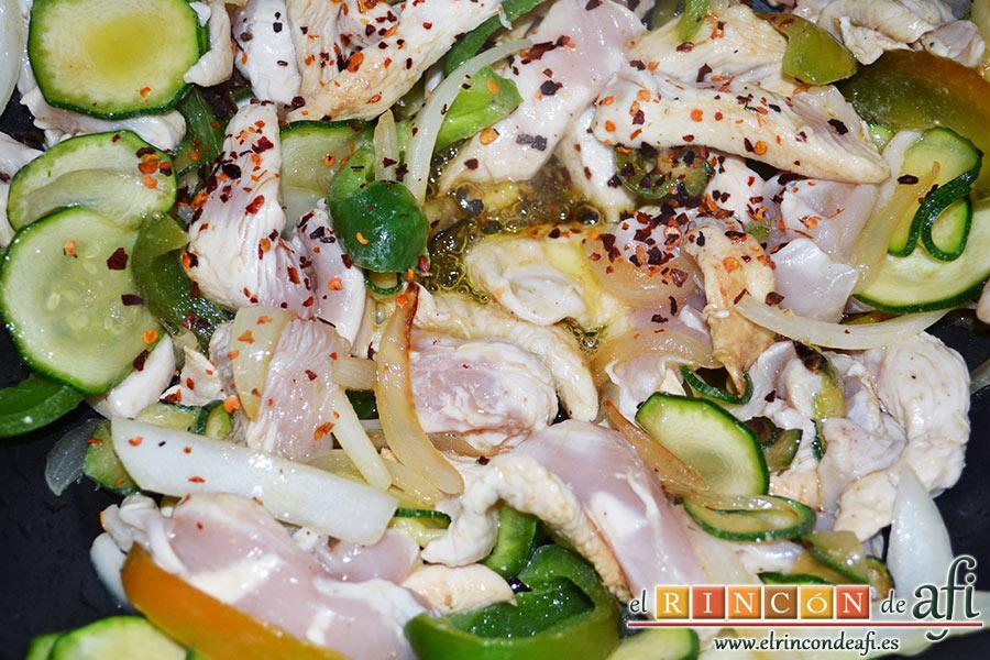 Cintas al wok con pollo y verduras, añadimos un poco de ají seco y pimienta molida