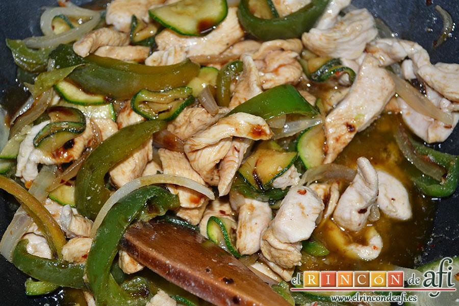 Cintas al wok con pollo y verduras, removemos bien y añadimos un chorrito de aceite de sésamo sin abusar ya que es un poco fuerte de sabor y añadimos un chorro de salsa de soja