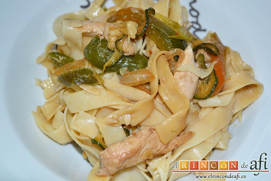 Cintas al wok con pollo y verduras, sugerencia de presentación