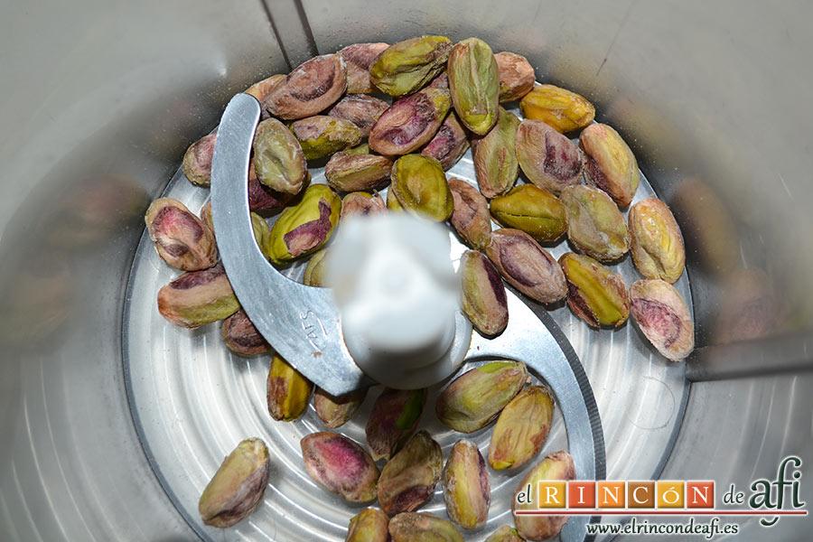 Hummus con pimientos y pistachos, pelamos los pistachos y los introducimos en un vaso picador