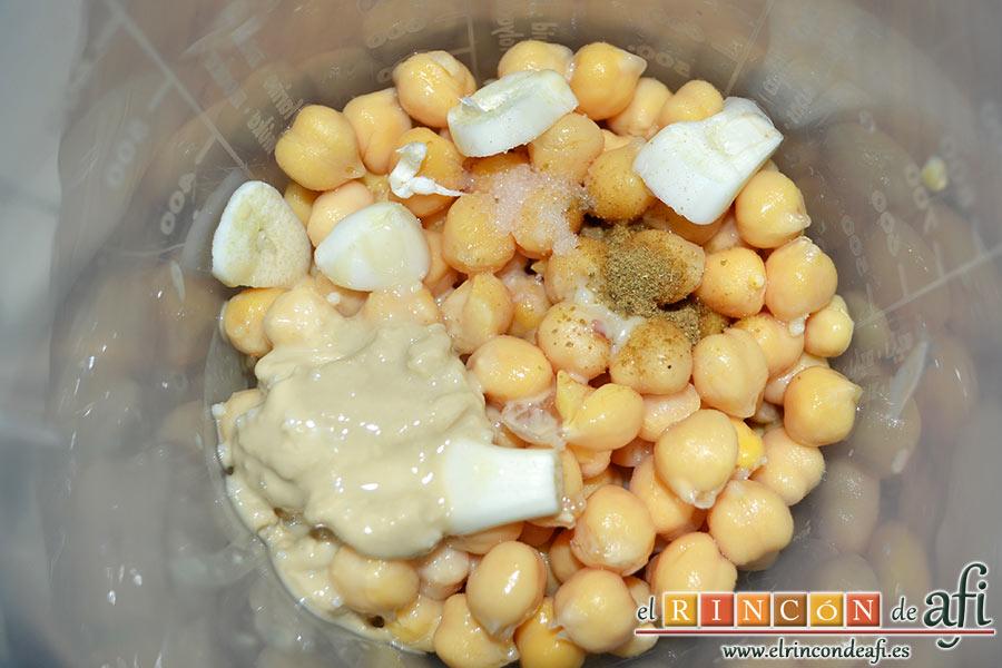 Hummus con pimientos y pistachos, en un vaso triturador colocamos los garbanzos, el ajo pelado y troceado, las 2 cucharadas de Tahina, el comino molido, una pizca de sal y el zumo de limón