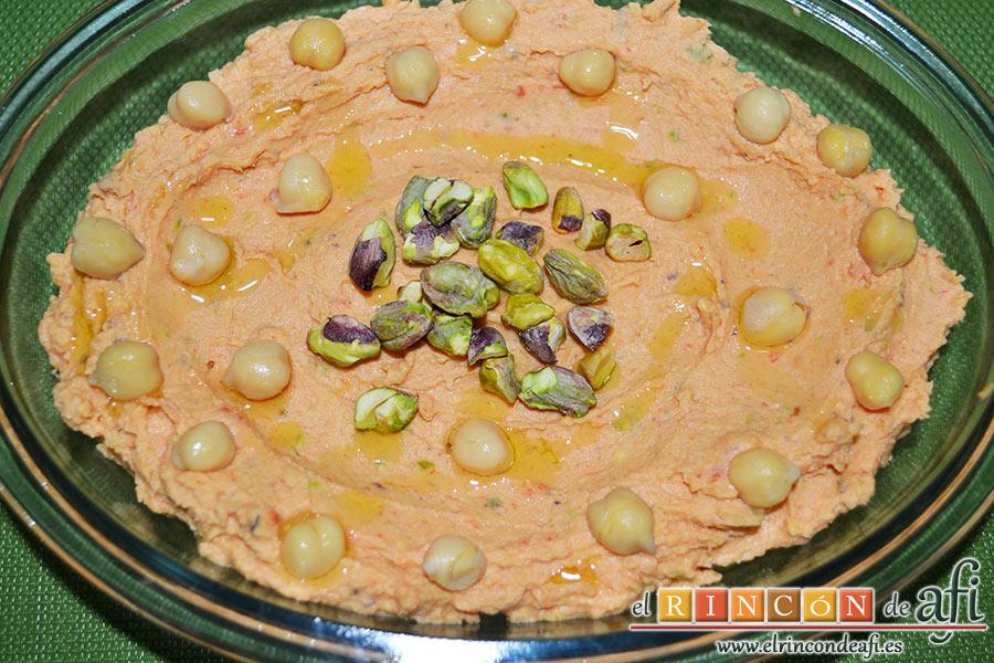 Hummus con pimientos y pistachos, añadimos un chorro de aceite de oliva virgen extra por encima