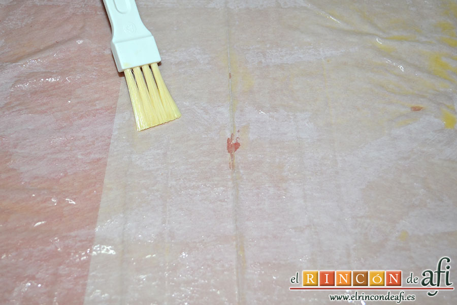 Tarta crujiente, en una tabla colocamos las hojas de masa filo de una en una y las pintamos con la ayuda de un pincel con mantequilla derretida