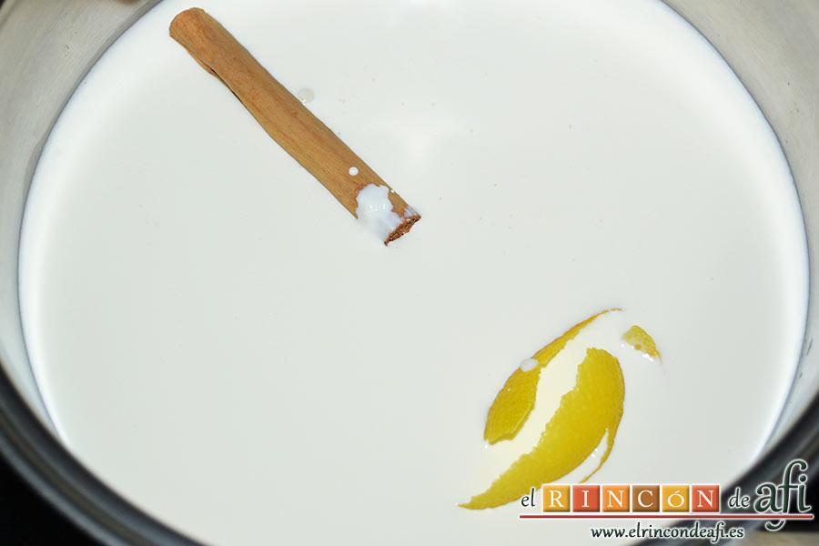 Tarta crujiente, mientras se va dorando preparamos la crema para el relleno para lo que introducimos en una cacerola la leche, la nata, el azúcar blanco, la corteza de limón y el palito de canela