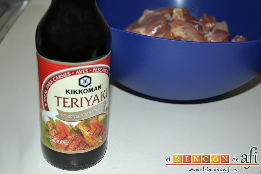 Wok de pollo con salsa teriyaki, cogemos la botella de la salsa teriyaki