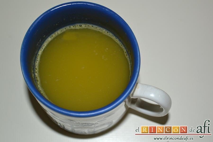 Batido de guayabo, queso y naranja, extraer el zumo de las naranjas