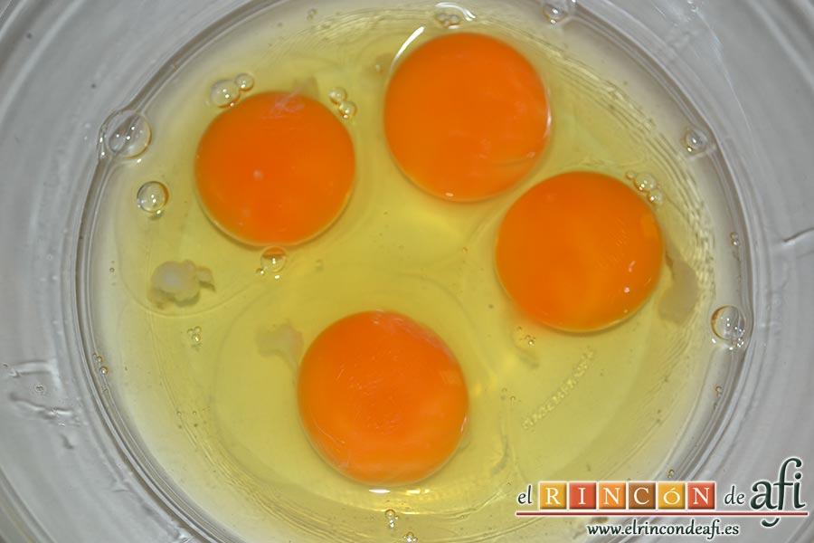 Crema de papaya, cascamos los 4 huevos en un bol