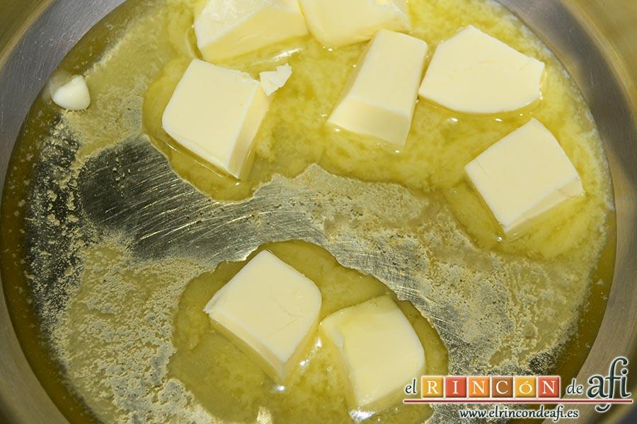 Escalopines con salsa de queso,preparamos la salsa de queso poniendo a derretir la mantequilla en un cazo con unas gotitas de aceite de oliva