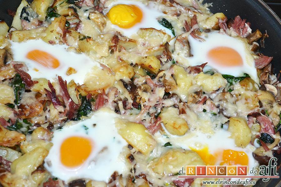 Frittata con papas, setas variadas, espinacas, codillo, queso Gruyère y huevos al horno