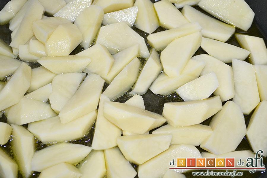 Frittata con papas, setas variadas, espinacas, codillo, queso Gruyère y huevos al horno, pelamos y troceamos las papas y las ponemos a dorar, con una pizca de sal, en un recipiente apto para horno con abundante aceite de oliva