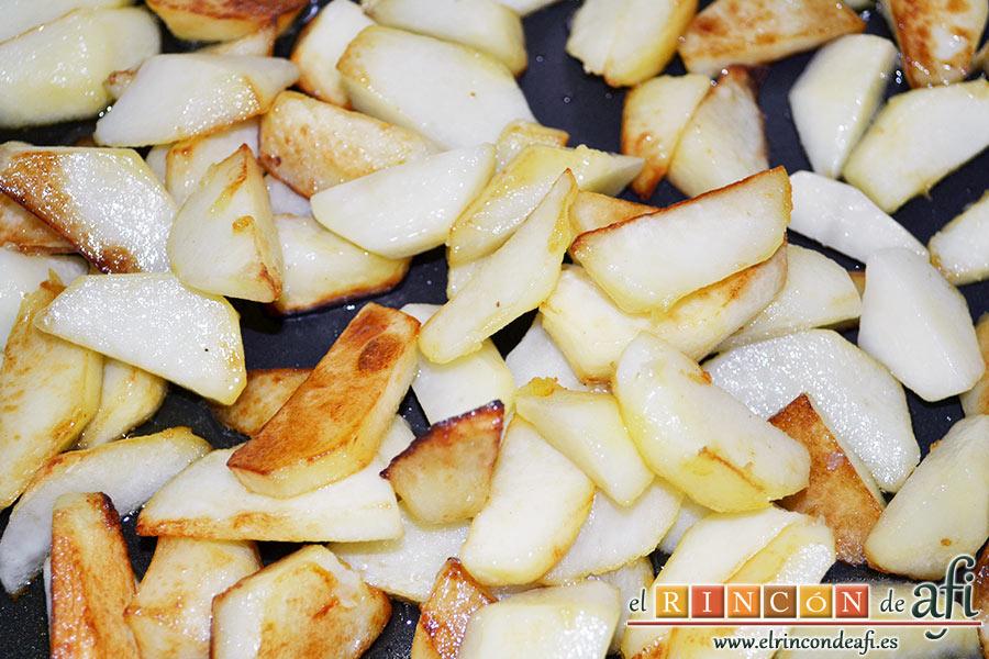 Frittata con papas, setas variadas, espinacas, codillo, queso Gruyère y huevos al horno, una vez doradas escurrimos el exceso de aceite dejando unas 3 cucharadas