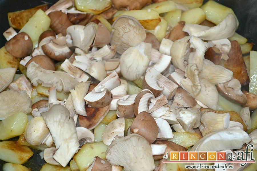 Frittata con papas, setas variadas, espinacas, codillo, queso Gruyère y huevos al horno, cortar las setas en trozos y añadírselas a las papas