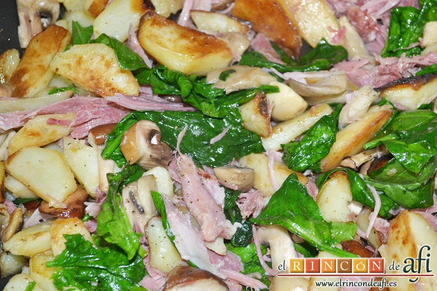 Frittata con papas, setas variadas, espinacas, codillo, queso Gruyère y huevos al horno, removemos bien y salpimentamos