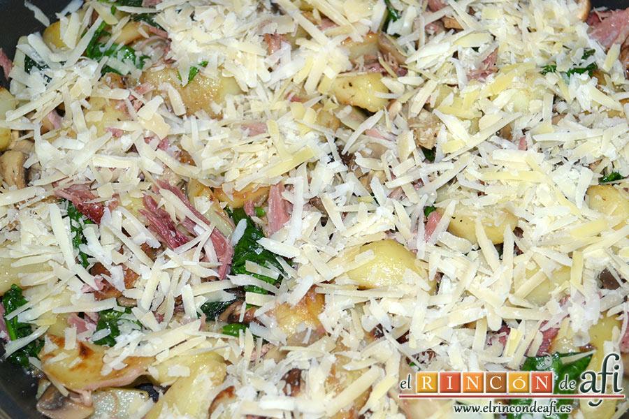 Frittata con papas, setas variadas, espinacas, codillo, queso Gruyère y huevos al horno, espolvoreamos el queso sobre la frittata
