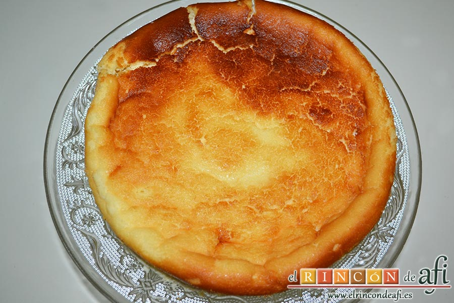 Tarta de queso japonesa, dejamos que enfríe un par de horas para desmoldarla y comprobarás que en ése tiempo baja el volumen de la tarta