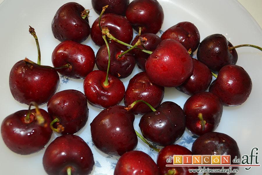 Bizcocho de cerezas con queso marcarpone, lavamos las cerezas