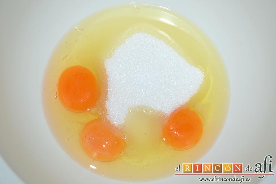 Bizcocho de cerezas con queso marcarpone, en un bol ponemos los huevos y el azúcar y batimos con varillas eléctricas hasta blanquear