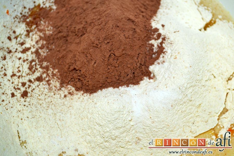 Bizcocho de tigre y zebra, añadimos la harina tamizada con el bicarbonato y el cacao en polvo