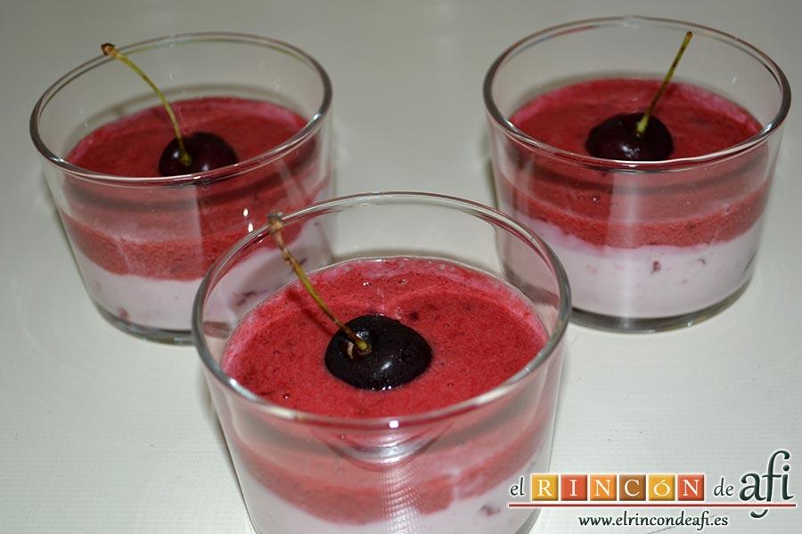 Cerezas y ciruelas con crema de yogur y queso fresco, sugerencia de presentación