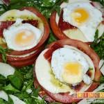 Ensalada de rúcula, tomate, queso gorgonzola, jamón y huevos de codorniz