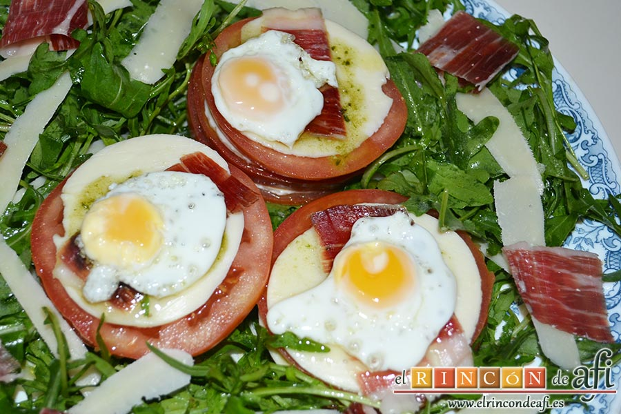 Ensalada de rúcula, tomate, queso gorgonzola, jamón y huevos de codorniz, sugerencia de presentación