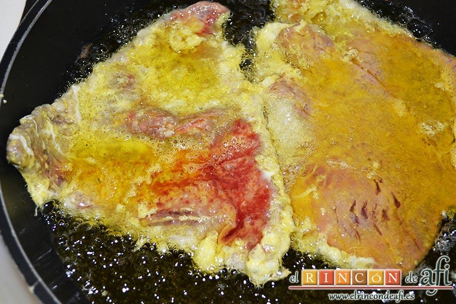 Filetes de ternera rebozados con salsa de cerezas, los ponemos a freír en una sartén con abundante aceite de oliva caliente