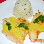 Pechuga de pollo con salsa de curry y timbal de arroz