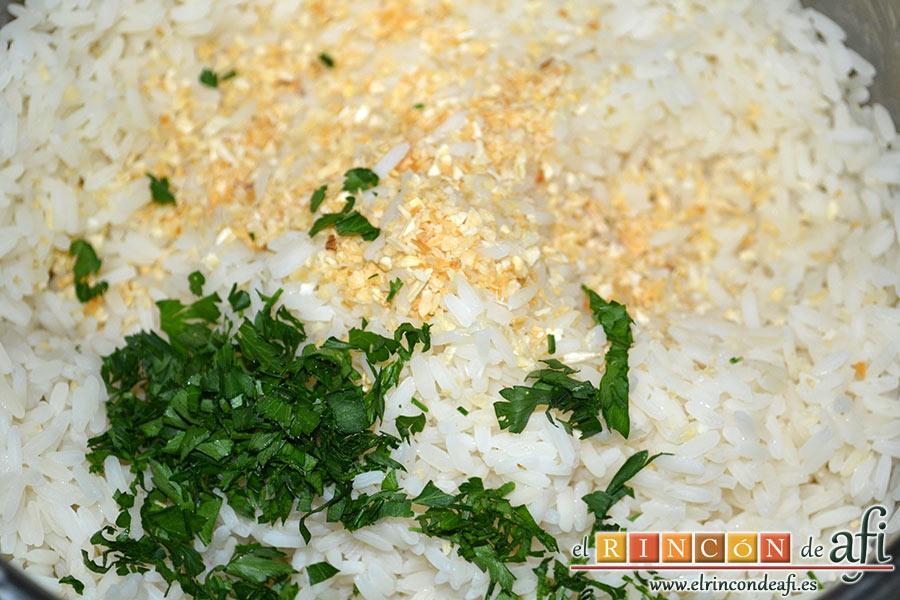 Pechuga de pollo con salsa de curry y timbal de arroz, preparamos el arroz blanco, lo escurrimos y le añadimos 1 cucharadita de cebolla deshidrata