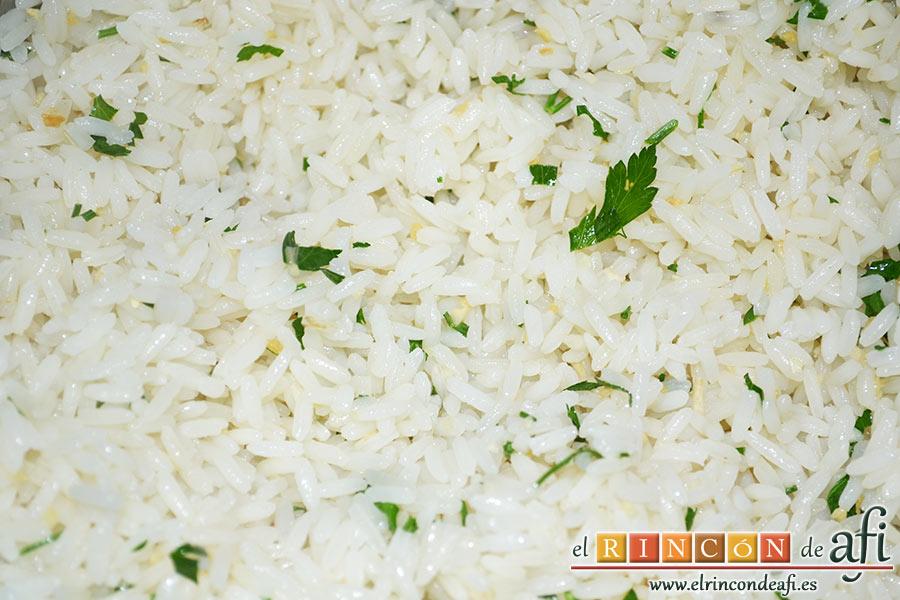 Pechuga de pollo con salsa de curry y timbal de arroz, añadimos las ramitas de perejil picado y un chorrito de aceite de oliva crudo
