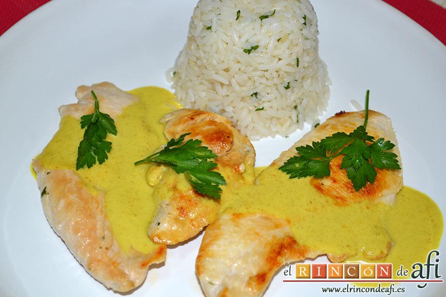 Pechuga de pollo con salsa de curry y timbal de arroz, sugerencia de presentación