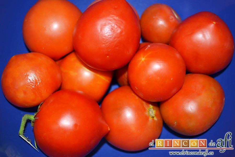 Salmorejo cordobés, lavamos los tomates retirándoles las partes verdes y duras del pedúnculo