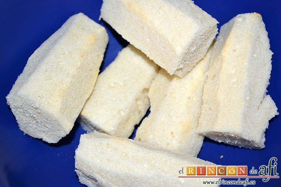 Salmorejo cordobés, retiramos las cortezas del pan y lo troceamos y los reservamos en un bol
