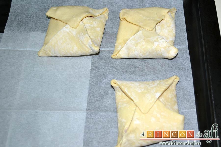Pañuelos de hojaldre con jamón o pechuga, precalentar el horno a 200ºC. Colocar los pañuelos de hojaldre en la bandeja de horno encima de papel de horno