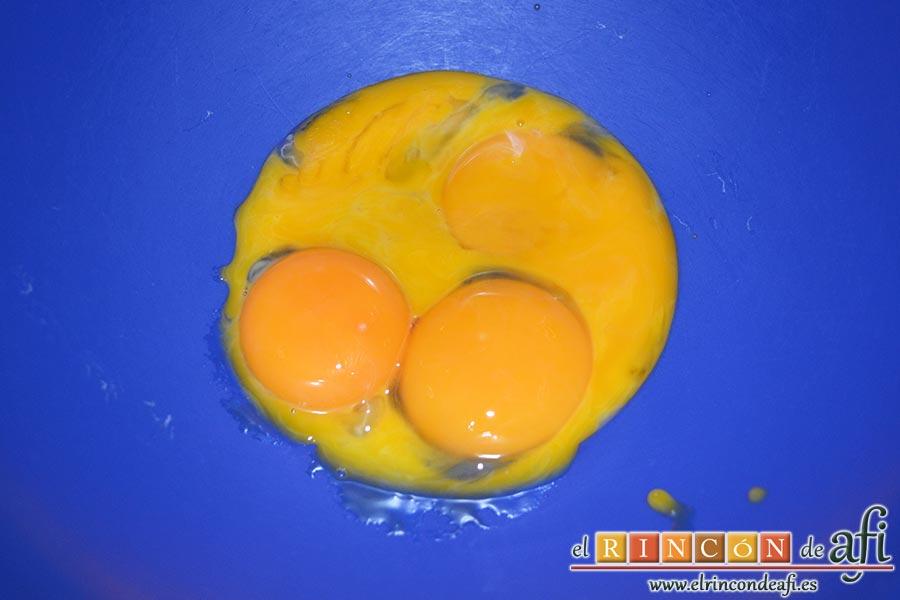 Tarta soufflé de limón con base de galletas, en otro bol colocamos las yemas de los huevos