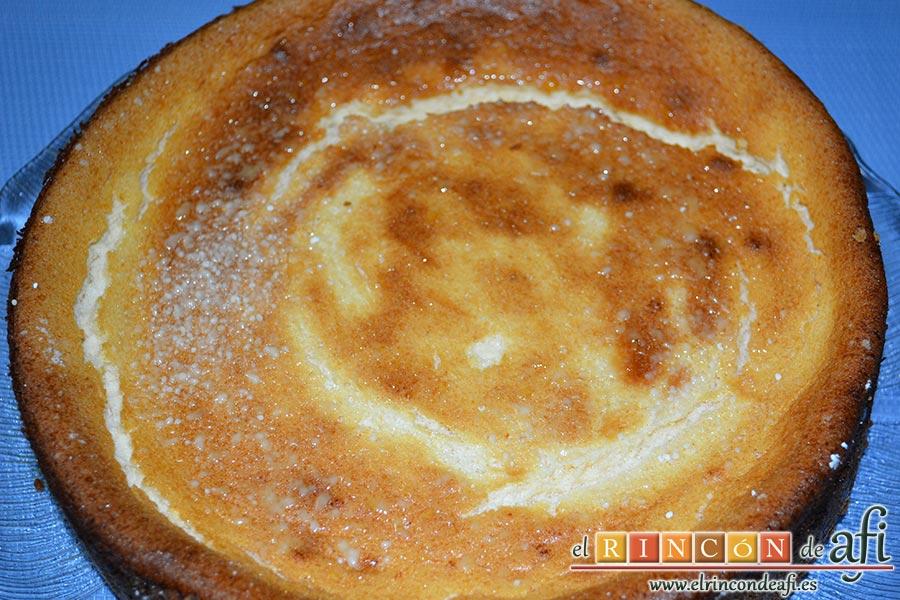 Tarta soufflé de limón con base de galletas, dejar enfriar y espolvorear con azúcar glass