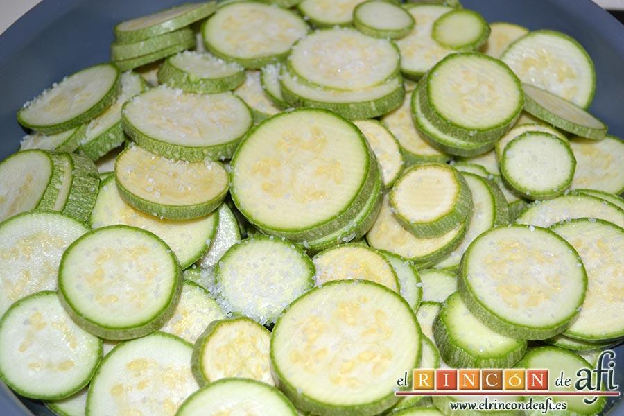 Zarangollo, en una sartén amplia con un chorro de aceite de oliva ponemos a sofreír los calabacines con un poco de sal