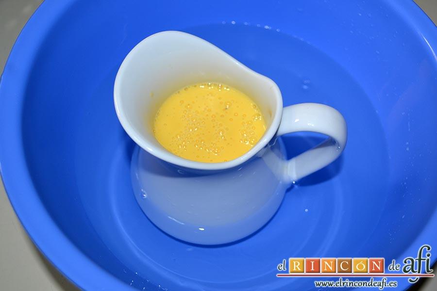 Crema inglesa, una vez terminada la cocción cuela la crema, ponla en una jarra y déjala enfriar en un bol con agua bien fría