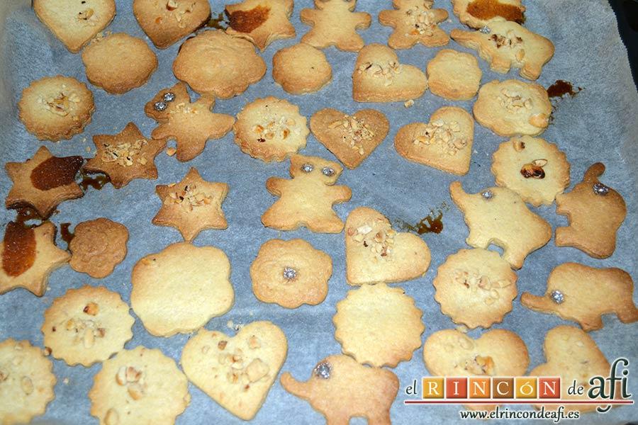 Galletas para el café, puedes decorar las galletas con trocitos de almendras, algo de cacao en polvo, perlas plateadas para decorar tartas, etc. Las metemos en el horno a 180ºC y horneamos de 15 – 20 minutos hasta que estén doradas
