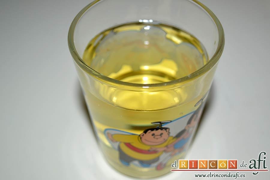Merluza en salsa verde, preparamos un vaso de vino blanco