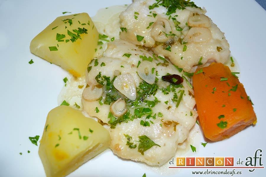 Merluza en salsa verde, emplatamos con papas y batatas hervidas