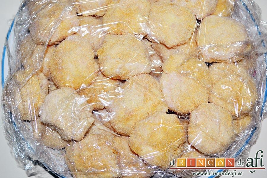 Nuggets de pollo, para que no se nos peguen unos con otros pondremos film transparente y los guardamos en la nevera hasta freírlos
